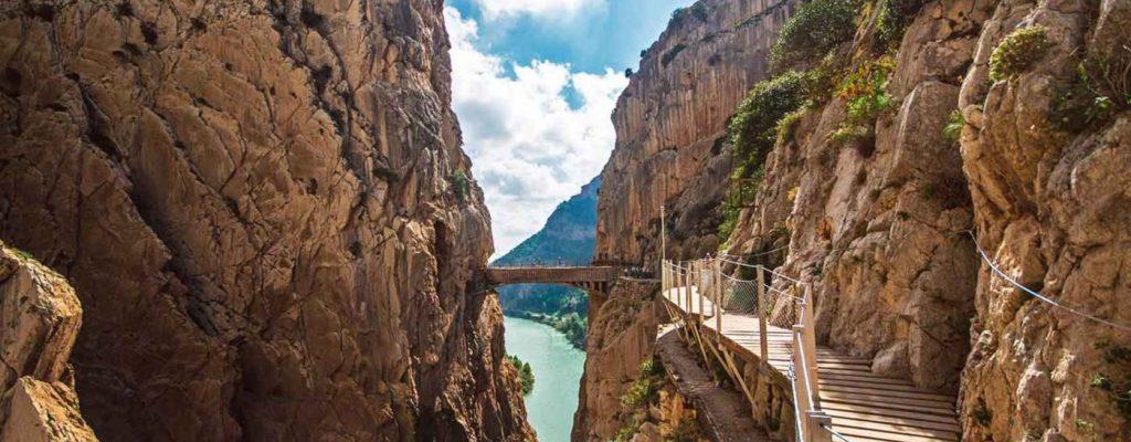 A solo 10 kilometros podras disfrutar de una inolvidable excursión por el mitico Caminito del Rey